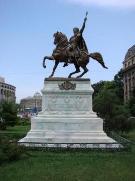 Statua in suo onore a Bucarest.