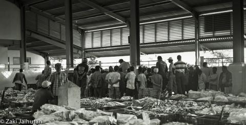 Un'asta al mercato del pesce di Jakarta