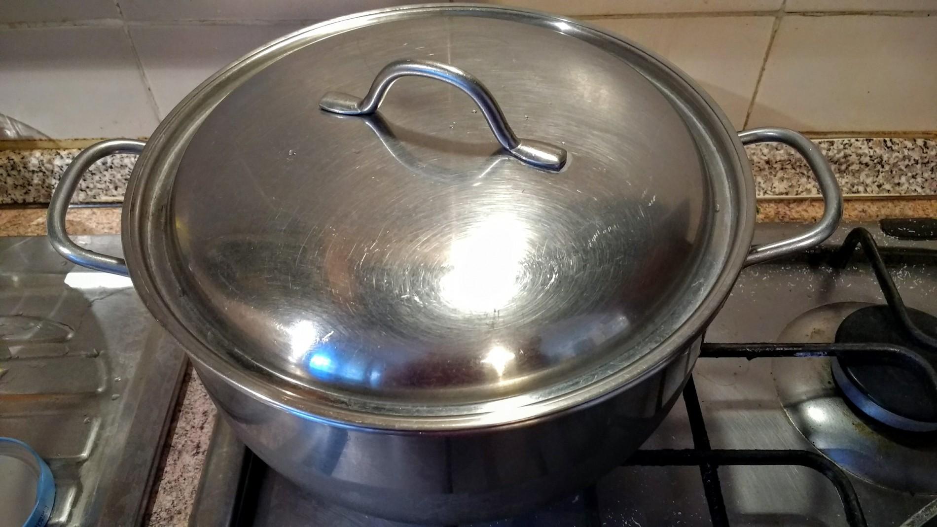All'incirca un litro per ogni etto di pasta, coperta da un coperchio l'acqua prenderà calore più in fretta e calerà meno per effetto dell'evaporazione.