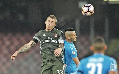"""Kucka vince la gara di """"bellezza in elevazione"""" con Hamsik, che sembra non prenderla bene - FOTO: profilo ufficiale Facebook AC Milan"""