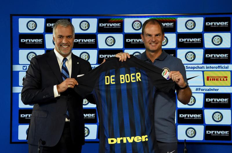 Frank de Boer ed il CEO dell'Inter Michael Bolingbroke durante la presentazione del tecnico, foto: inter.it