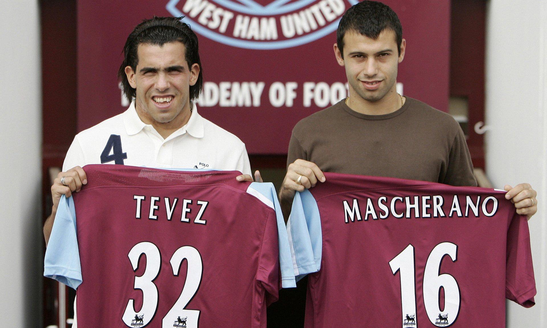 Carlos Tevez e Javier Mascherano nel 2006 durante la loro presentazione al West Ham, foto Reuters