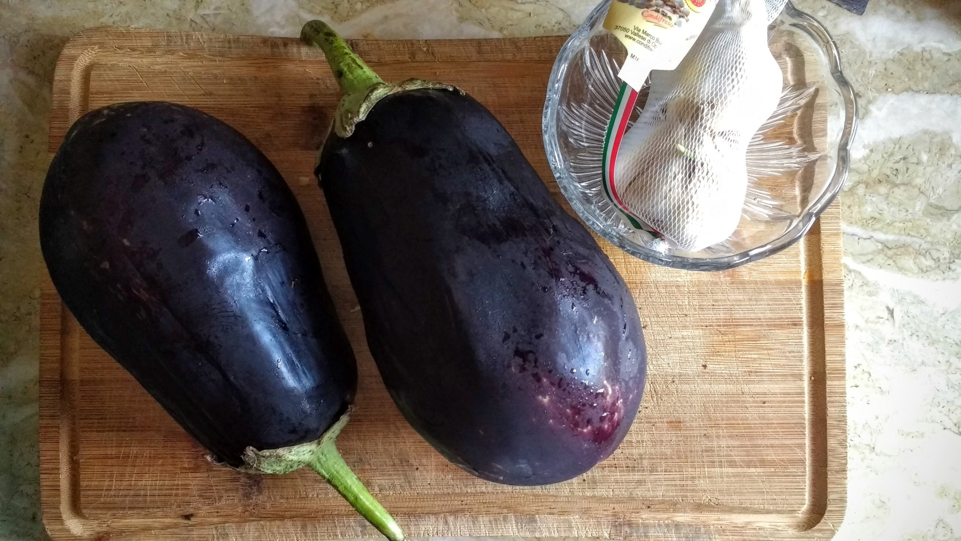 Le vostre melanzane dovranno essere belle mature, di un viola scuro intenso, sode e con la buccia liscia senza ammaccature o macchie.
