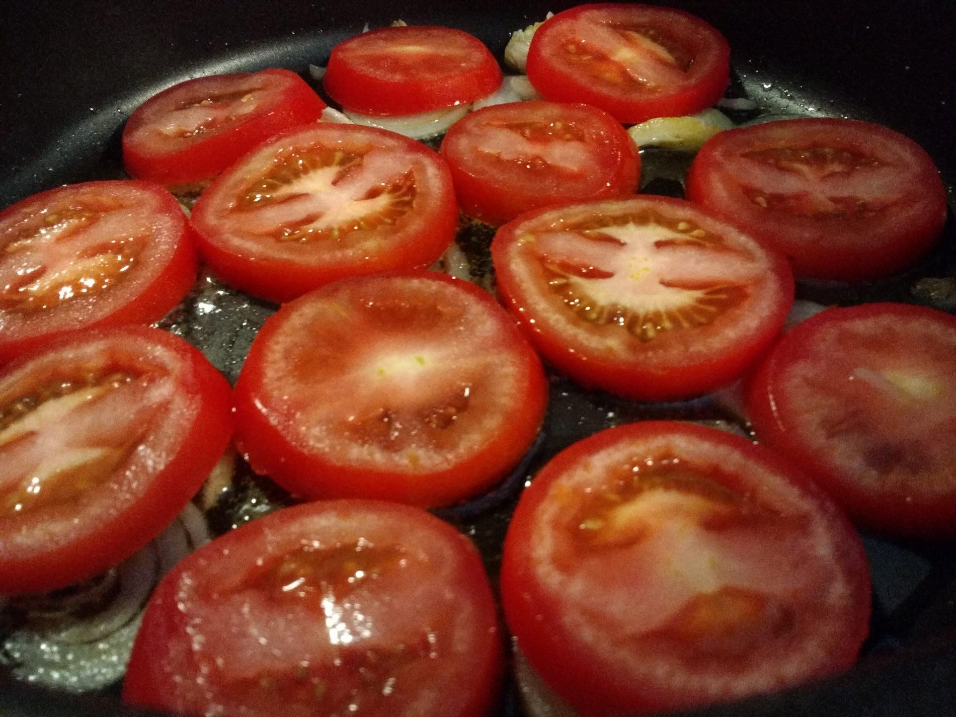 Nel caso abbiate optato per i pomodorini vale quanto descritto prima, limitatevi soltanto a tagliarli a metà adagiandoli pancia in sotto (il lato tagliato) a coprire tutto il fondo della casseruola.