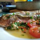 Pesce à la Spina: Gallinelle al Guanciale su Letto di Pomodoro