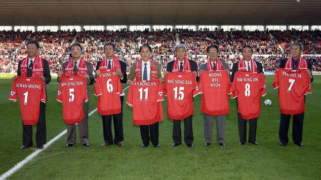 Alcuni dei giocatori della nazionale della Nord Corea del 1966 a Middlesbrough nel 2002