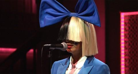 Sia al Saturday Night Live con la sua classica parrucca che gli nasconde il volto