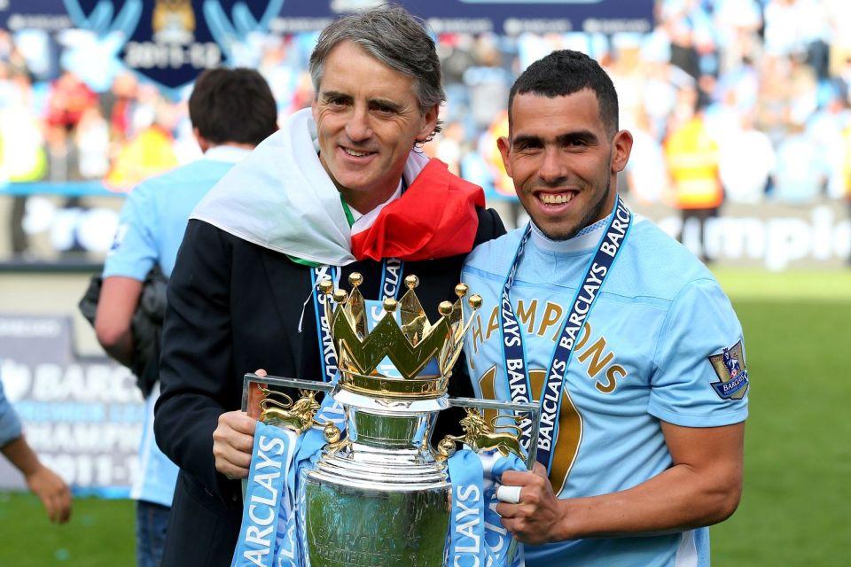 Roberto Mancini e Carlos Tévez che posano col trofeo della Premier League, foto: gettyimages