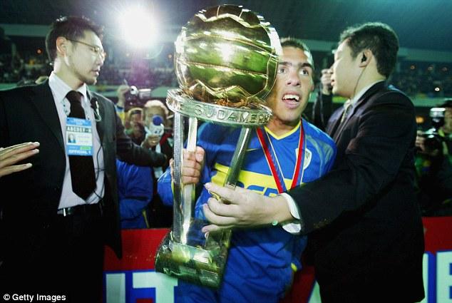 Un giovane Carlos Tévez con il trofeo della Coppa Intercontinentale del 2003, foto:
