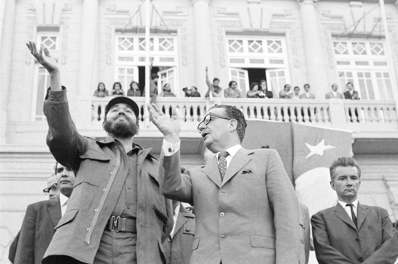 Nel Novembre del 1971, Fidel Castro compì una visita di stato lunga un mese in Cile. Questo venne preso dalle Opposizioni come un segnale che fosse in corso un tentativo di portare il paese sulla stessa via di Cuba.