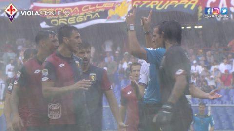 I giocatori del Genoa, notoriamente idrofobi, implorano l'arbitro di non sospendere il match