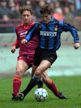 Totti in azione contro Zanetti - FOTO: profilo ufficiale Twitter Javier Zanetti