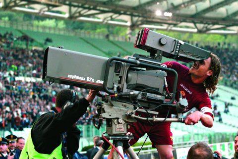 Totti si improvvisa cameraman dopo un gol siglato nel Derby - FOTO: profilo ufficiale Twitter AS Roma