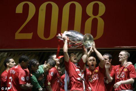 Carlos Tévez solleva la Champions League al cielo di Mosca, foto: AP