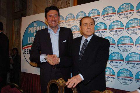 Galli insieme a Berlusconi durante un comizio - FOTO: La Presse