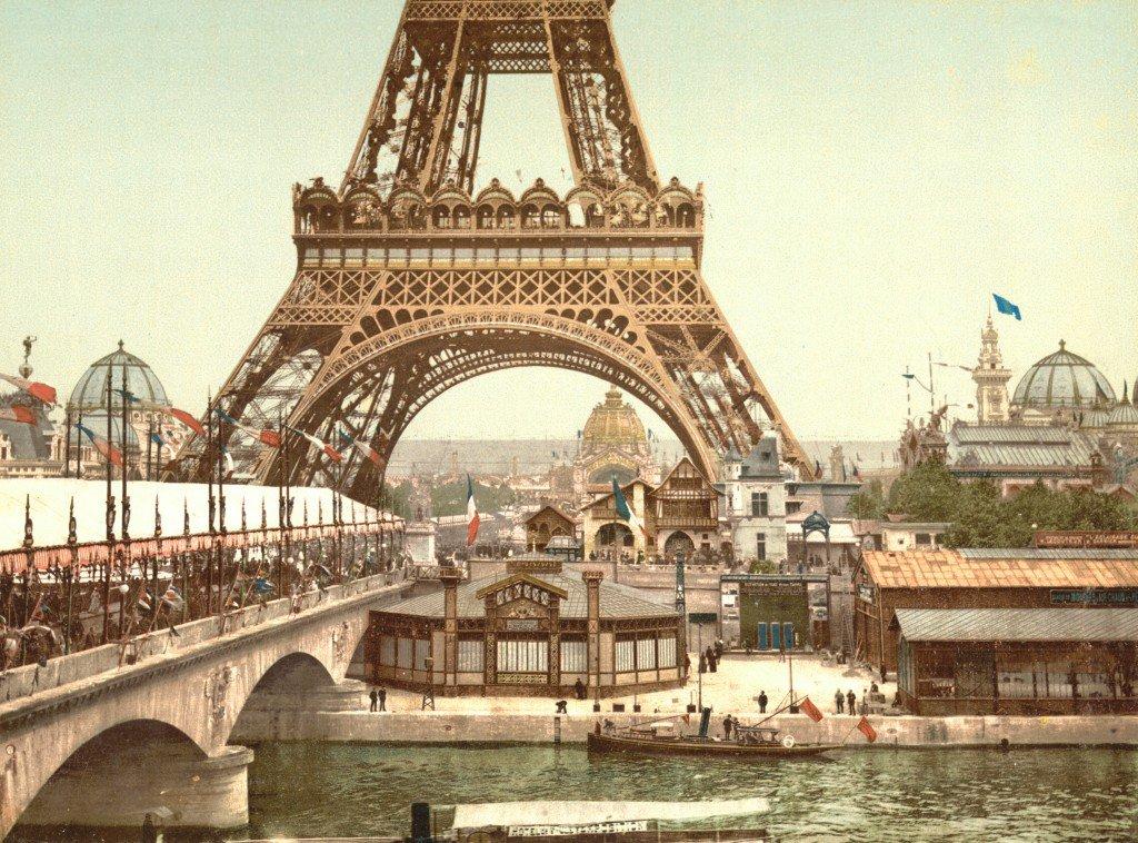 La Tour Eiffel e i padiglioni all'Esposizione Universale di Parigi, foto colorizzata, 1900.