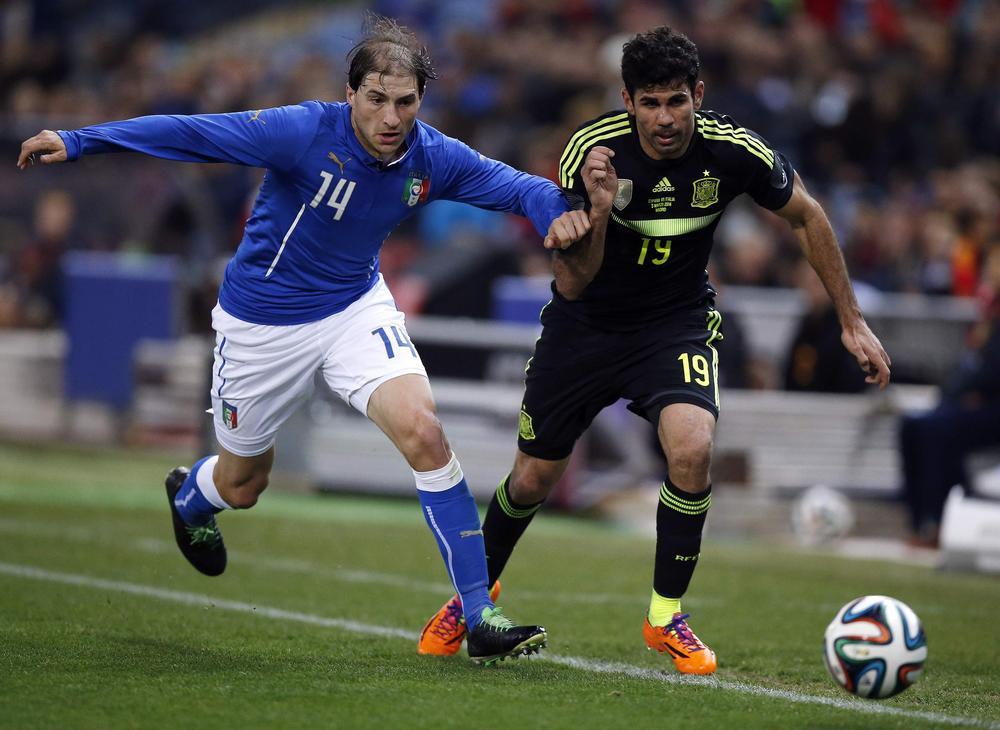 Gabriel Paletta nel suo esordio in azzurro contro Diego Costa in un'amichevole contro la Spagna, foto: reuters