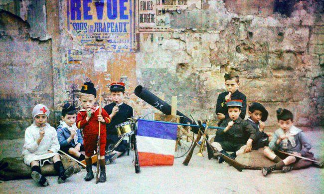Bambini giocano pre strada a Parigi, foto a colori, 1915.