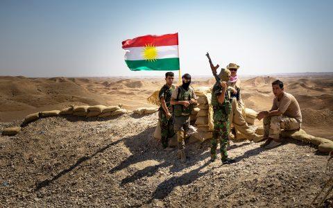 Un gruppo di peshemerga con sullo sfondo il bucolico paesaggio iracheno.