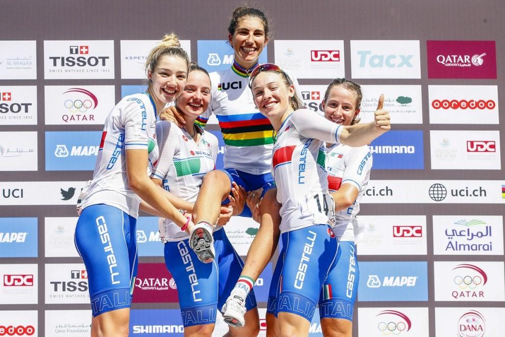 Elisa Balsamo portata in trionfo dalle compagne.