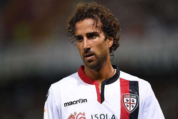 Davide Di Gennaro con la maglia del Cagliari in una partita contro il Genoa, foto: gettyimages