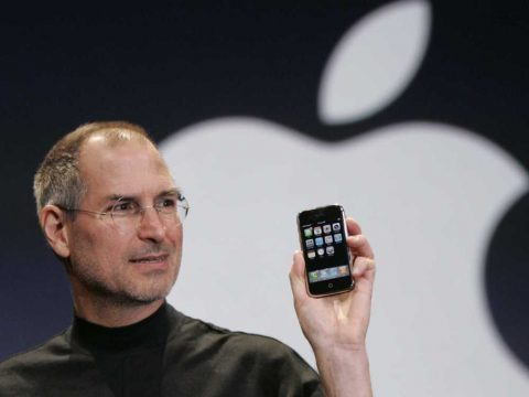 Steve Jobs lancia il primo iPhone