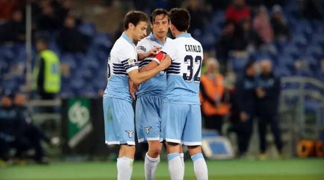 Cataldi riceve la fascia di Capitano da Radu e Mauri, foto: maidirecalcio.com
