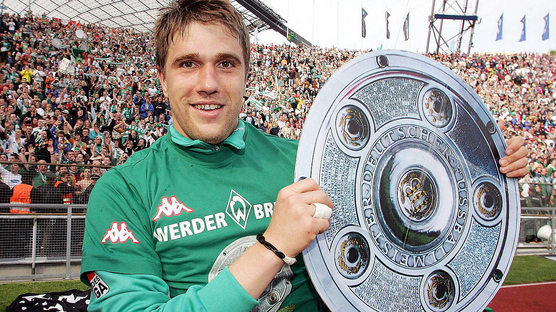 Ivan Klasnic con il trofeo del Meisterschale vinto nella stagione 2003/04 al Werder Bream, foto: imago