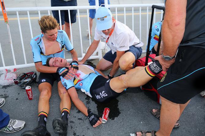 Il ciclista belga Enzo Wouters svenuto per il troppo caldo.