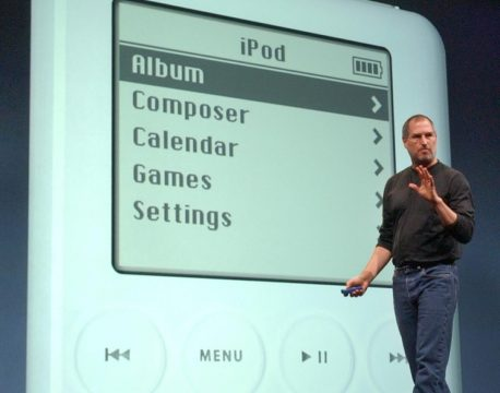Steve Jobs che illustra l'interfaccia del primo iPod al pubblico