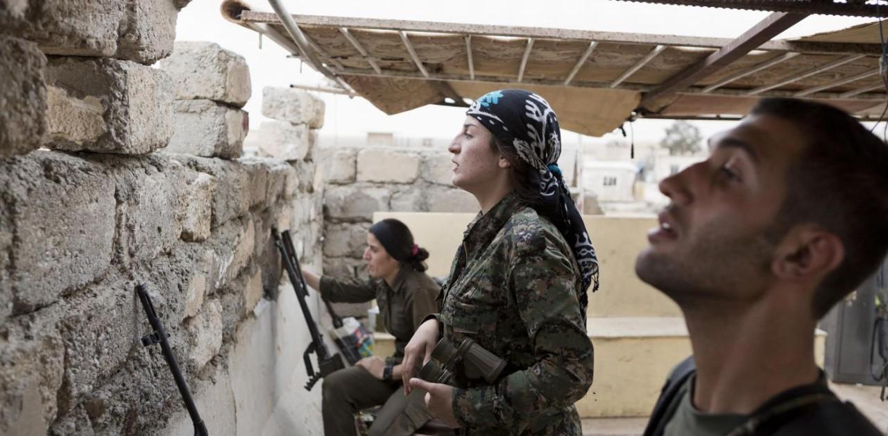 Combattenti curdi in un bunker presso Rabia