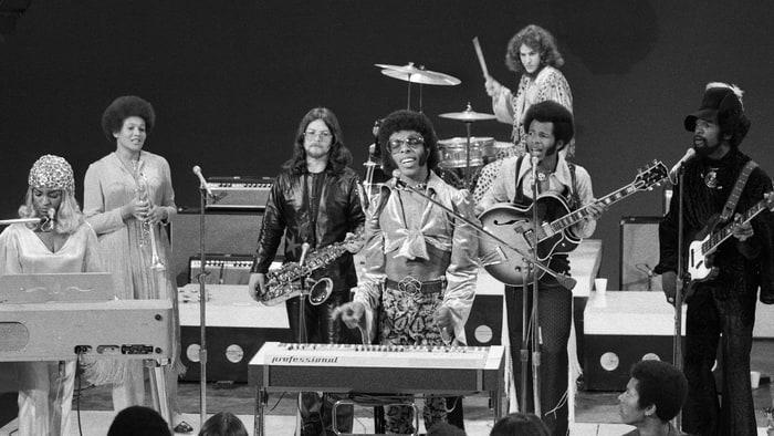 """L'inventore dello """"slap bass"""" Larry graham (primo da destra) e gli Sly & The Family Stone in un live del 15 ottobre 1969 sulla CBS"""