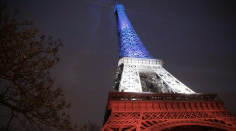 La Tour Eiffel si veste del tricolore francese, immediatamente dopo gli attentati (foto Wired)