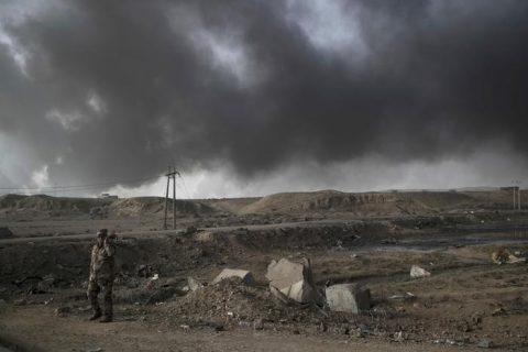 Soldato iracheno a sud di Mosul (Ansa/AP).