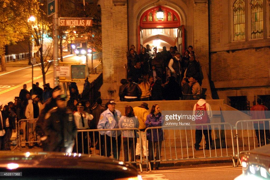 La folla raccolta attorno alla chiesa a Brooklyn dove si celebrò il funerale di Ol' Dirty Bastard