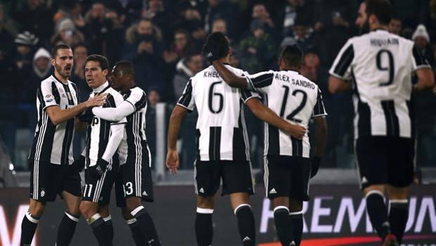 Serie A IMDI 13° turno: Hernanes festeggiato dai compagni dopo il gol del 3-0