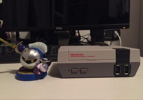 Le dimensioni del NES Mini rispetto a una statuetta Amiibo