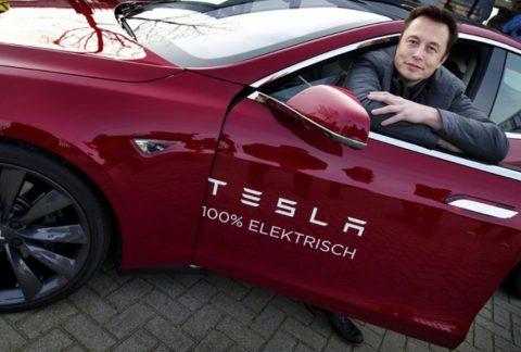 Elon Musk nella Tesla Model S.