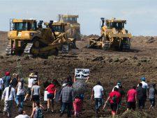 I manifestanti tentano di interrompere i lavori lo scorso 3 settembre. (Robyn Beck / AFP - Getty Images)