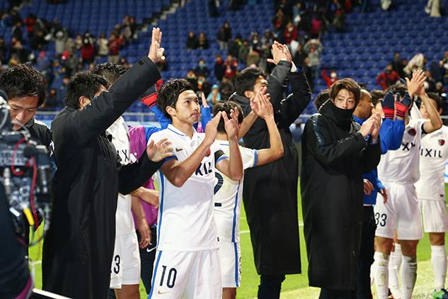 I Kashima Antlers sotto la curva dei propri tifosi al termine della partita contro il Mamelodi Sundowns