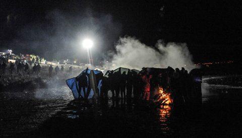La polizia usa gli idranti per spegnere un falò dei manifestanti. (Stephanie Keith / Reuters)