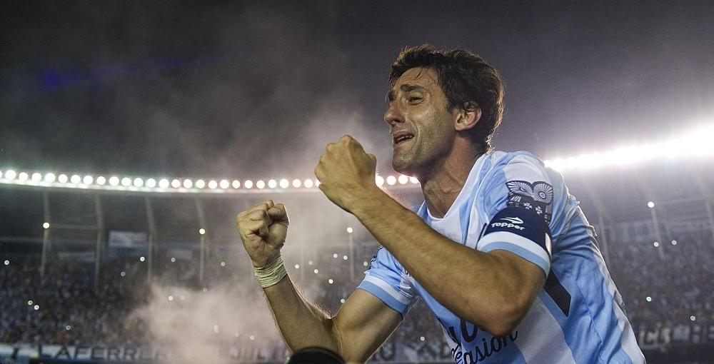 Diego Milito, commosso, che festeggia il titolo di Primera Divisiòn Argentina vinto con il Racing Club